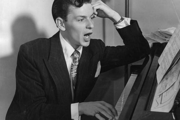 Em 1975, ainda por conta da guerra, Bert Schneider leu um telegrama do governo vietnamita no palco que dizia: Por favor, transmita aos nossos amigos na América parabéns por tudo o que eles fizeram em nome da paz. Frank Sinatra correu ao palco para impedir (Foto: Getty Images)
