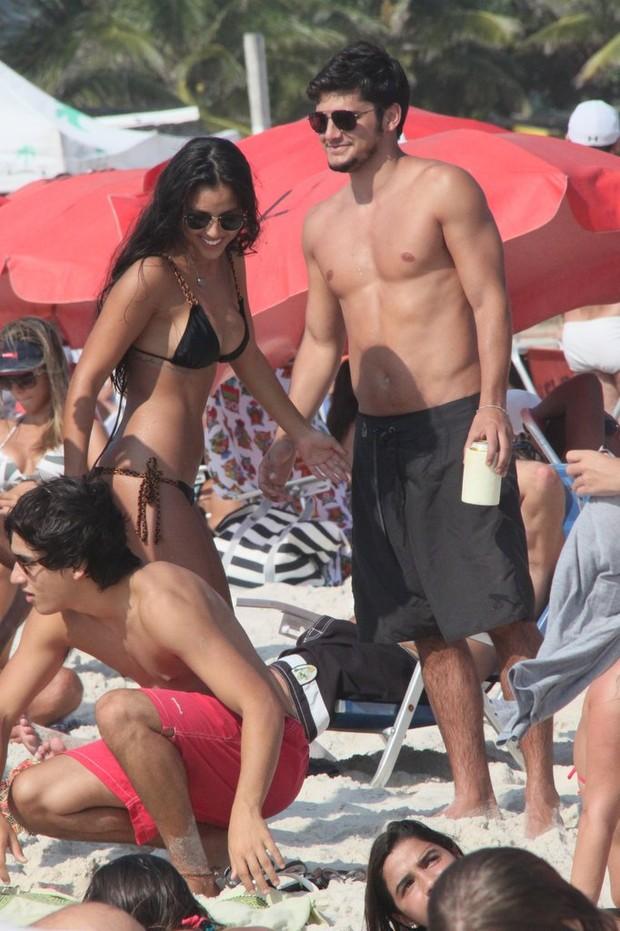 Bruno Gissoni curte tarde de sol com namorada na praia da Barra da Tijuca, RJ (Foto: Gabriel Rangel / Agnews)