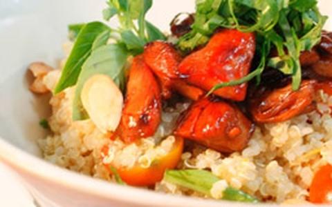 Salada de quinoa com frango, rúcula e amêndoas tostadas