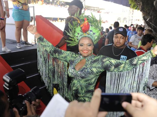 """A cantora Gaby Amarantos canta no Galo da Madrugada. """"O que me traz aqui é o amor que esse povo tem por mim. Pernambuco é um dos lugares mais incríveis do mundo. Me sinto uma pop star, quando estou aqui. Estou em casa!"""" (Foto: Manoel Filho / G1)"""