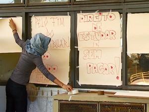 Estudantes da Unesp de Araraquara colam cartazes com reivindicações (Foto: Felipe Lazzarotto/EPTV)