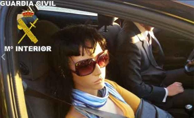 Em 2012, um motorista que circulava por uma estrada em direção a Madri, na Espanha, foi parado pela guarda civil com um manequim de mulher sentado no assento do passageiro para poder transitar por uma via reservada a veículos com duas ou mais pessoas. Ele acabou levando uma multa de 200 euros (R$ 520) depois que uma patrulha suspeitou da estranha 'imobilidade' do acompanhante (Foto: Divulgação/Guarda Civil)