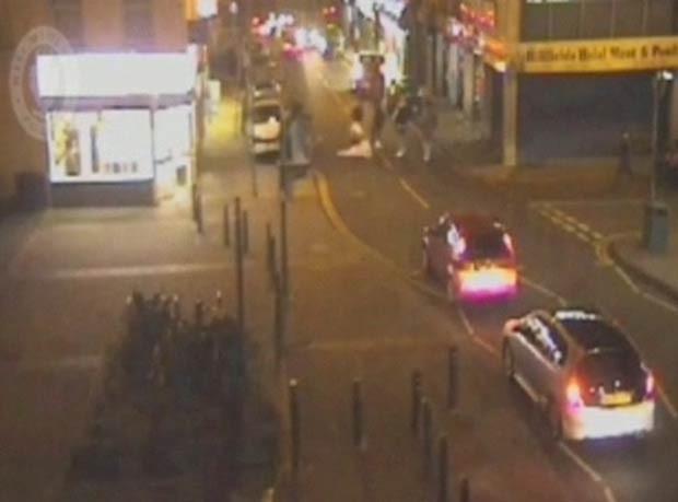 Polícia divulgou vídeo para tentar identificar motorista que atingiu pedestres em cidade inglesa. (Foto: BBC)
