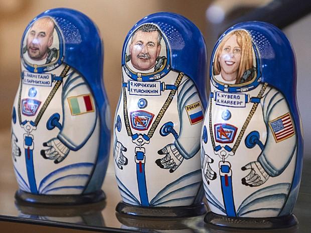 Bonecas russas foram pintadas em homenagem aos astronautas Luca Parmitano, Fyodor Yurchikhin e Karen Nyberg (Foto: Shamil Zhumatov/Pool/AFP)