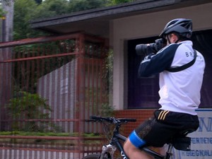 Guilherme utiliza o equilíbrio para fotografar mais. (Foto: Reprodução/TV Gazeta)