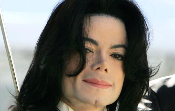 Michael Jackson era a pequena e mais brilhante estrela do Jackson 5, banda mirim formada por ele e alguns de seus irmãos nos anos 60. Logo, duas décadas depois, era definitivamente o rei do pop, emplacando hit atrás de hit. A partir dos anos 90, porém, o vitiligo e uma porção de cirurgias plásticas a que Michael já vinha se submetendo o transformaram numa pessoa completamente diferente — e não só por fora. Ele passou a protagonizar cada vez mais polêmicas, das acusações de pedofilia ao episódio em que quase pendurou um dos filhos na sacada de um hotel em Berlim, Alemanha. (Foto: Getty Images)