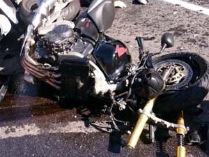 Motos ficaram destruídas na colisão em rodovia de Amparo (Foto: Reprodução / EPTV)