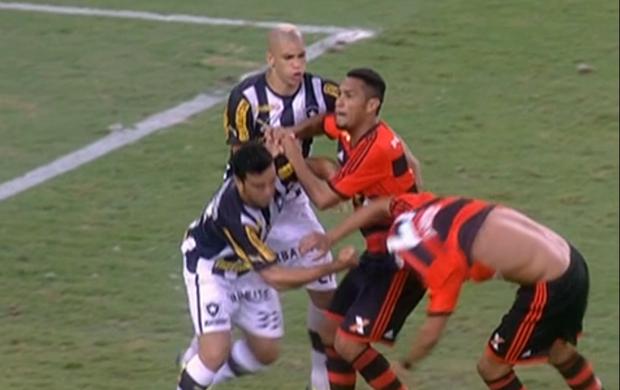 Flamengo x Botafogo; Edilson x André Santos; agarra-agarra (Foto: Reprodução / SporTV)