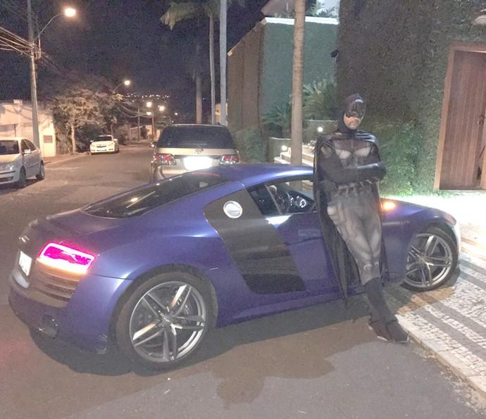 Depois da virada, Leo deu uma volta por Uberlândia vestido de Batman (Foto: Arquivo Pessoal)