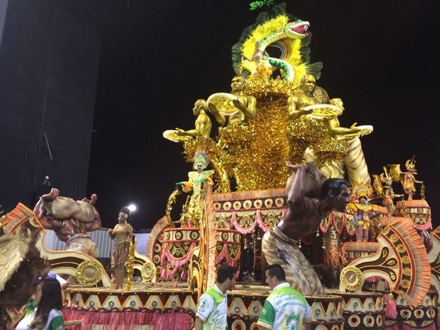 Carro alegórido da Mancha Verde no Desfile das Campeãs do carnaval de São Paulo (Foto: Letícia Macedo/G1)