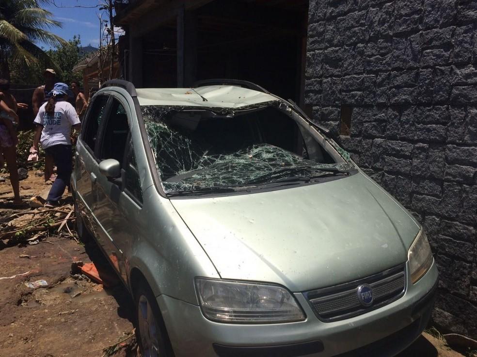 Carro destruído pela força da água (Foto: Matheus Rodrigues/G1)