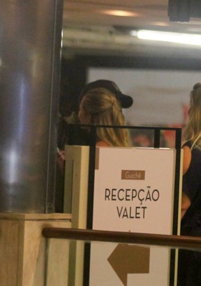 Paolla Oliveira e o namorado, Rogério Papinha, em shopping na Zona Sul do Rio (Foto: Daniel Delmiro/ Ag. News)