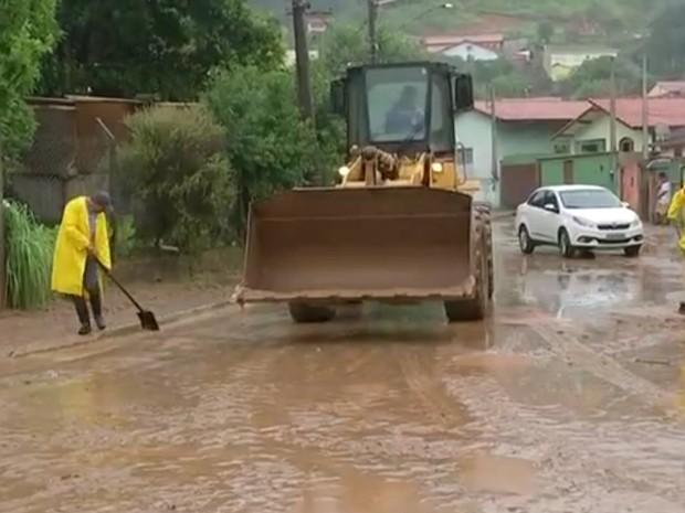 Manhã foi de limpeza em São Roque (Foto: Reprodução/TV TEM)