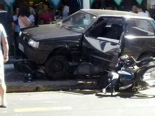 Idosa atropelou motos estacionadas e carro ainda subiu na calçada em Porto Ferreira (Foto: Maicon Freitas/Arquivo pessoal)
