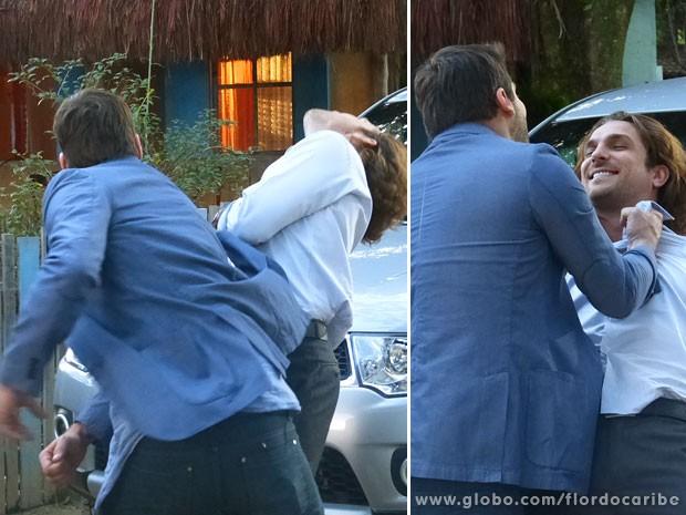 Cassiano dá um soco em Alberto (Foto: Flor do Caribe / TV Globo)