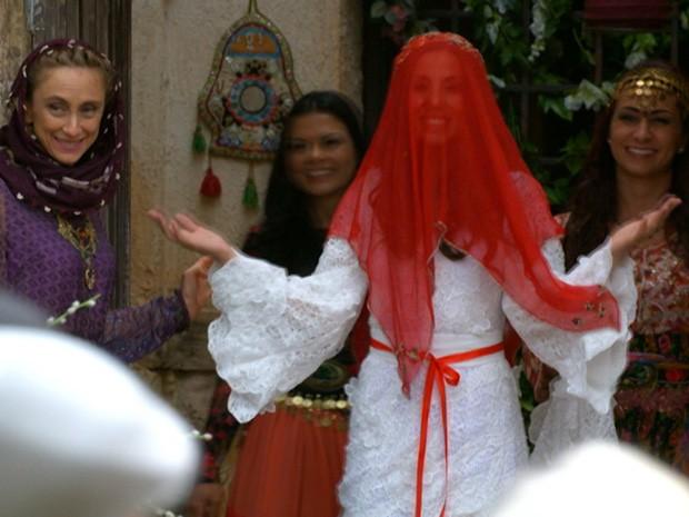 Vestida de noiva, Ayla sai de casa  (Foto: Salve Jorge/TV Globo)