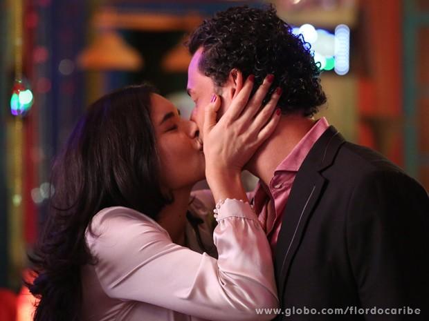 A caribenha aproveita para um beijo apaixonado... Que sorte, hein Cristal? (Foto: Flor do Caribe/TV Globo)
