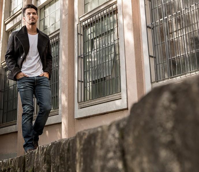 Quando anda de moto, Romulo Estrela opta pelo combo: jeans + camisa de mangas compridas + boot (Foto: Fábio Rocha/Gshow)