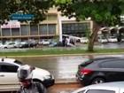 Chuva e vento forte derrubam poste sobre carro na W3 Norte, em Brasília
