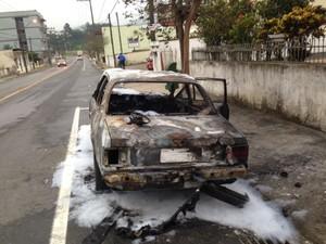 Mulher teria coloca fogo no carro após discussão com o companheiro (Foto: Gabriel Vieira/Rádio Jaraguá AM/Divulgação)