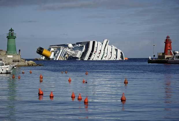 Foto de arquivo tirada em 23 de janeiro de 2012 mostra o cruzeiro Costa Concordia encalhado na ilha de Giglio (Foto: Filippo Monteforte/ AFP)
