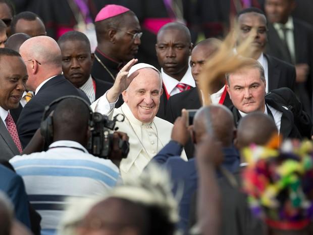 Papa Francisco chegou ao aeroporto de Nairobi nesta quarta-feira (25) (Foto: Ben Curtis/ AP )