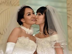 Akane Sugimori (dir.) beija Ayaka Ichinose em cerimônia simbólica (Foto: Yoshikazu Tsuno / AFP)
