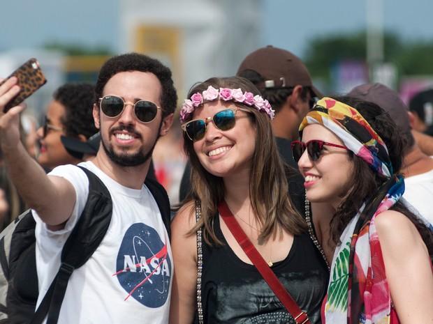 Amigos tiram selfie logo na chegada ao Rock in Rio (Foto: Luciano Oliveira/G1)