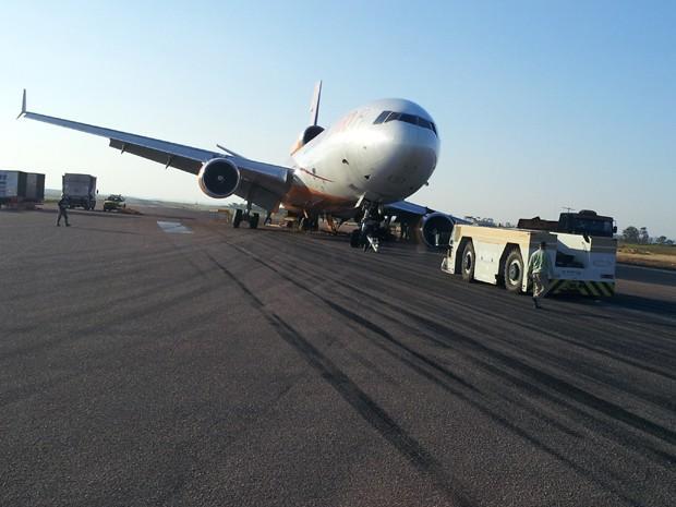 Avião foi removido da pista do Aeroporto de Viracopos, SP (Foto: Ricardo Custódio / EPTV)