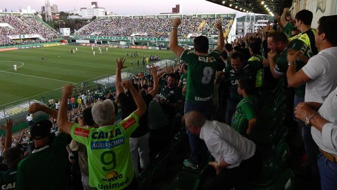 Torcida Chapecoense comemora gol (Foto: Laion Espíndula / GloboEsporte.com)