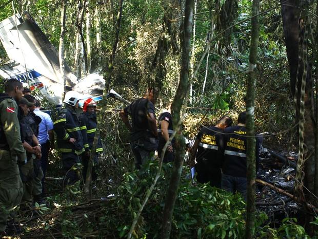 Avião de pequeno porte cai na estrada da Ceasa, em Belém. De acordo com informações preliminares, três pessoas pessoas morreram. (Foto: Thiago Gomes/Futura Press)