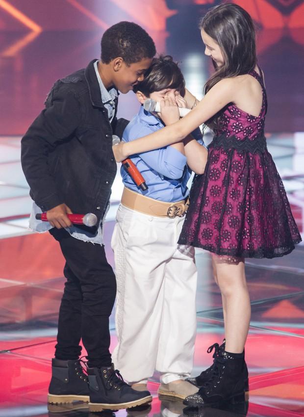 Thomas Machado é abraçado por Juan Carlos Poca e Valentina Francisco, outros finalistas da competição (Foto: Divulgação/TV Globo)