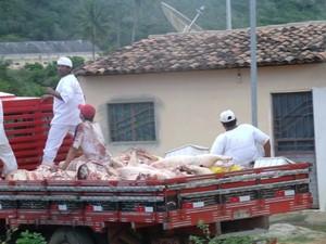 Carne é transportada em caminhão com carroceria de madeira. (Foto: Internauta/ VC no G1)