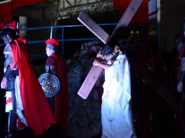 Encenação acontece nesta sexta-feira (3) e no domingo (5), a partir da 20h, no salão paroquial da igreja São Francisco de Assis (Foto: Franciele do Vale/G1)