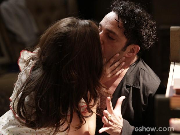 Ela tasca um beijão no coreógrafo (Foto: Fábio Rocha/TV Globo)