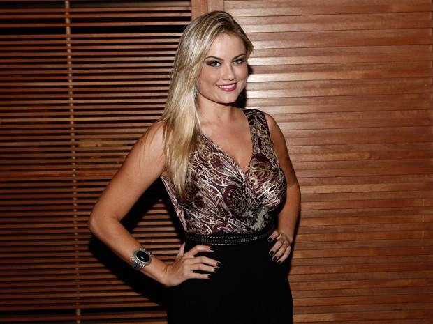 Esbanjando carisma, Hellen Roche chegou linda para assistir ao último capítulo de Geração Brasil (Foto: Inácio Moraes/Gshow)