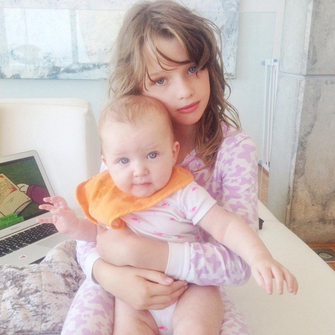 """Filha de Milla Jovovich faz cara de assustada com a mãe """"machucada ... милла йовович"""