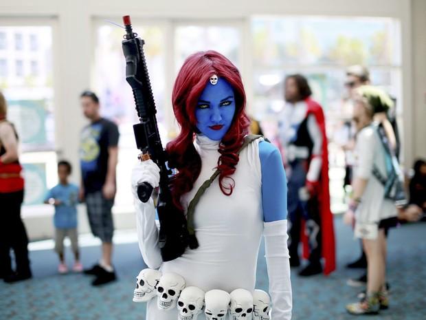 Allie Shaughnessy se fantasiou de Mística, a mutante dos X-Men, para ir à feira Comic-Con Internacional, em San Diego (EUA) (Foto: Sandy Huffaker/Reuters)