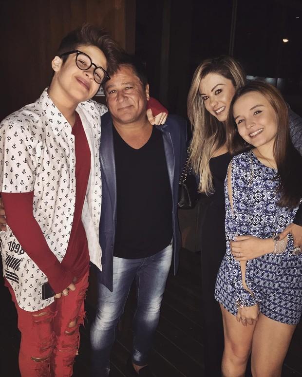 Larissa Manoela posa com Leonardo, pai de João Guilherme (Foto: Reprodução / Instagram)