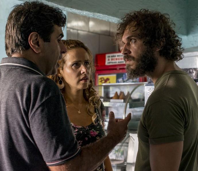 Hugo não gosta das ofensas de Dino e defende Gilda (Foto: Ellen Soares/Gshow)