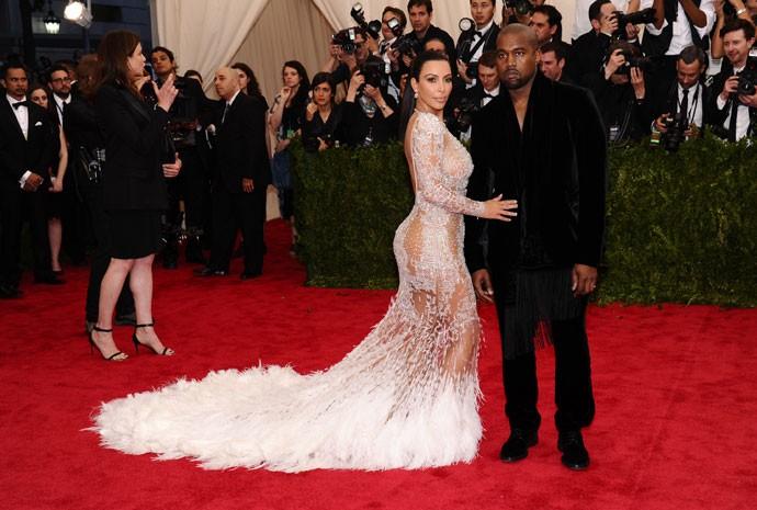 Kim Kardashian e Kanye chegam ao baile do Metropolitan Museum of Art, em Nova York, em 4 de maio de 2015 (Foto: Charles Sykes/Invision/AP)