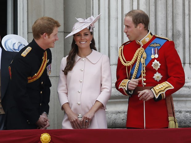 O príncipe Harry, Kate Middleton e o Príncipe William na sacada do Palácio de Buckingham neste sábado (15) (Foto: Sang Tan/AP)