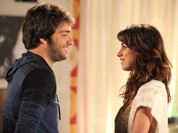 Rola aquele clima entre Manu e Davi e os dois quase se beijam (Foto: Carol Caminha/ TV Globo)
