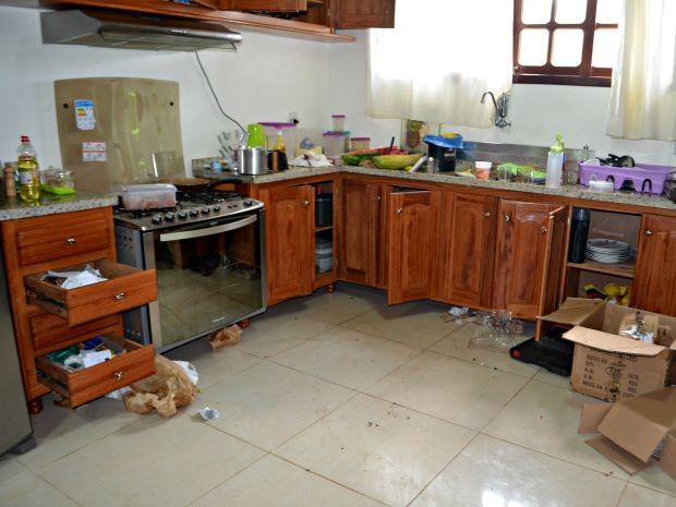 Suspeitos invadiram casa, fizeram família de refém, comeram e reviram o imóvel  (Foto: Aline Nascimento/G1)