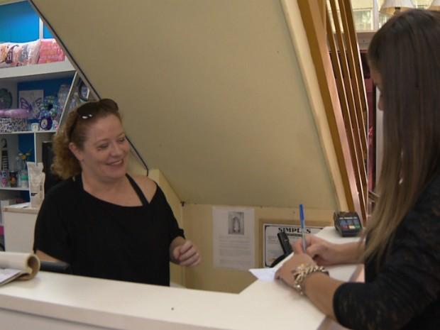 A empresária é dona de uma loja de presentes em Santo Antônio da Platina (Foto: Reprodução/RPC)