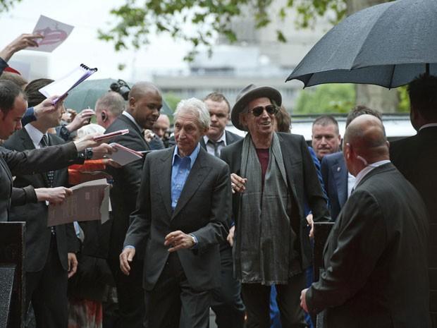 Os músicos Charlie Watts e Keith Richards (com Ronnie Wood e Mick Jagger atrás), do Rolling Stones, chegam para a abertura da exposição 'Rolling Stones: 50', que comemora as cinco décadas do primeiro show oficial da banda e material fotográfico inédito. Mostra terá entrada gratuita e será aberta ao público a partir de sexta (13) (Foto: Ki Price/Reuters)