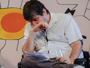 O escritor Marcelo Rubens Paiva se emociona ao ler texto sobre o pai, Rubens Paiva (Foto: Flavio Moraes/G1)