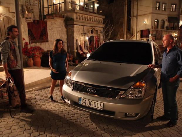 Zyah diz que Morena só entra no carro com ele (Foto: Salve Jorge/TV Globo)