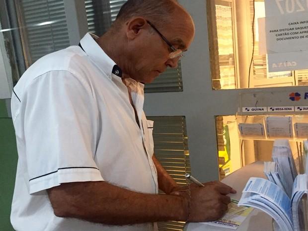 O mineiro José Severino, de 55 anos, aposta na Mega-Sena em lotérica de Brasília (Foto: Jéssica Nascimento/G1)