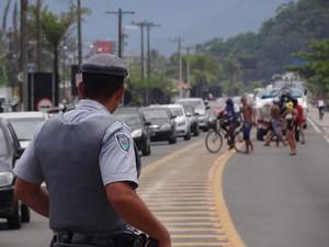 Policial rodoviário observa movimento no trecho da Rio-Santos em Ubatuba, na tarde desta segunda-feira (30). (Foto: Vinícius Nadena)
